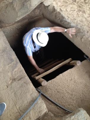 Descending into the tomb, Axum