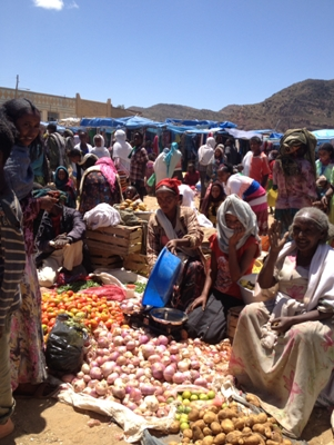 Market in Tigrai; the women sell fruit and vegetables; men, the livestock
